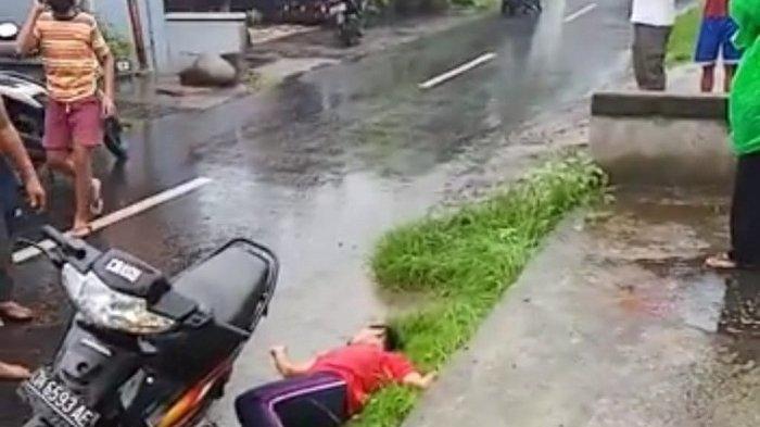 Gusti Ngurah Bagus Permana (16) tergeletak tidak sadarkan diri karena dililit ular peliharaannya di jalan Kresna, Semarapura, Klungkung, Bali, Kamis (21/5/2020).