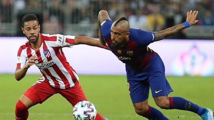 Bek Kiri Atletico Madrid, Renan Lodi (kiri) berduel dengan gelandang Barcelona Arturo Vidal (kanan)