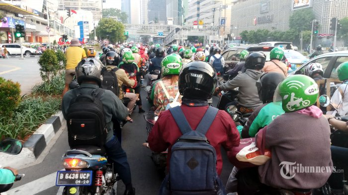 Sejumlah kendaraan bermotor melintasi Jalan MH Thamrin, Jakarta Pusat, Jumat (2/8/2019). Pemerintah Provinsi DKI Jakarta mengkaji pemberlakuan sistem pembatasan kendaraan berdasarkan nomor polisi ganjil dan genap untuk sepeda motor. Warta Kota/Angga Bhagya Nugraha