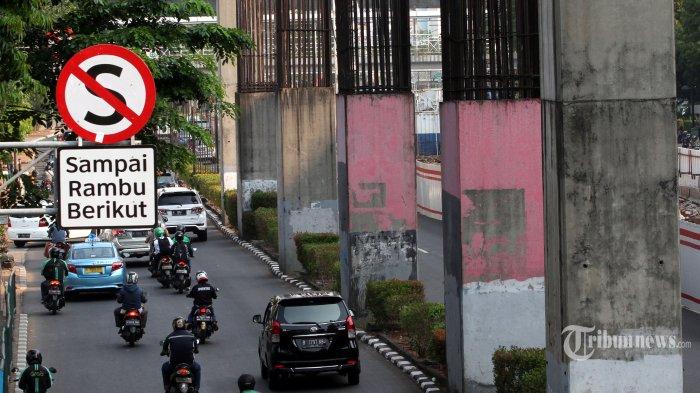 Kendaraan melintas di dekat tiang monorel di Jalan HR Rasuna Said, Kuningan, Jakarta, Kamis (28/9/2017). Pemprov DKI Jakarta akan membongkar tiang monorel yang berada di antara jalur cepat dan jalur lambat di jalan tersebut untuk menambah lebar jalan saat proyek pembangunan Light Rail Transit (LRT). TRIBUNNEWS/IRWAN RISMAWAN