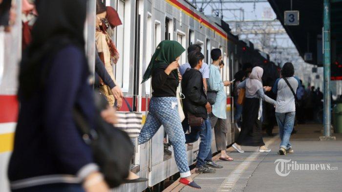 Calon penumpang KRL Jabodetabek saat berjalan di Stasiun Manggarai, Jakarta Selatan, Rabu (9/10/2019). Kasubag Humas Direktorat Jenderal Perkeretaapian Kementerian Perhubungan Supandi mengatakan pelayanan Kereta Api (KA) jarak jauh rencananya akan dipindah dari Stasiun Gambir ke Stasiun Manggarai, agar kapasitas pengguna KA semakin banyak. Tribunnews/Jeprima