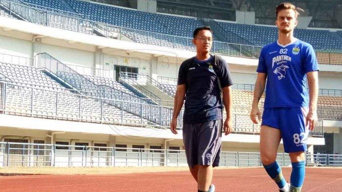 Rene Mihelic ditemani fisioterapis Bandung United, Wendy Ariyanto