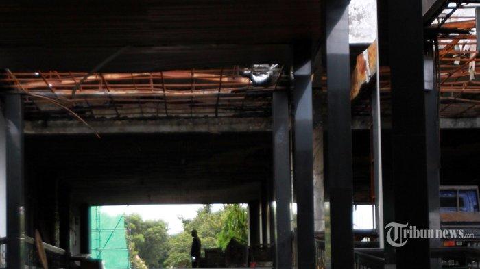 Gedung Kejaksaan Agung mulai dalam proses perbaikan, Kebayoran Baru, Jakarta Selatan, Jumat (23/10/2020). Setelah beberapa kali polisi olah TKP serta anlisa sejumlah tenaga ahli maka kesimpukan penyidikan penyebab awal kebakaran di lantai 6 karena kelalaian tukang bekerja di aula. Delapan orang  ditetapakan menjadi tersangka terbakarnya gedung Kehaksaan Agung tersebut. (Warta Kota/Henry Lopulalan)