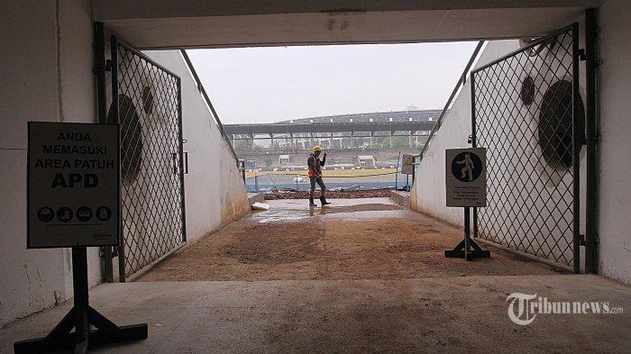 Aktivitas pekerja saat menyelesaikan tugasnya di kawasan proyek renovasi Stadion Madya Senayan, Jakarta, Kamis (12/10/2017). (Super Ball/Feri Setiawan)
