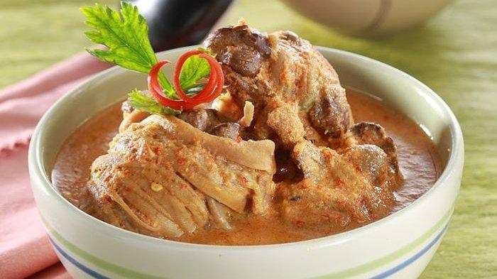 Makan Siang dengan Ayam Santan Merah Selalu Bikin Ketagihan