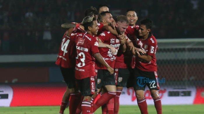 Tribun Bali/Rizal Fanany RAYAKAN GOL - Pemain Bali United merayakan gol Melvin Platje ke gawang PSM Makassar di Stadion Dipta, Gianyar, Kamis (1/8/2019) malam. Bali United menang 1-0.