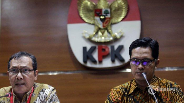 Wakil Ketua KPK Saut Situmorang (kiri) didampingi Jubir KPK Febri Diansyah (kanan) memberikan tanggapan soal putusan Mahkamah Agung yang membebaskan terdakwa kasus korupsi Surat Keterangan Lunas (SKL) Bantuan Likuiditas Bank Indonesia (BLBI) Syafruddin Arsyad Temenggung di gedung KPK, Jakarta, Selasa (9/7/2019). KPK menyatakan akan melakukan upaya hukum biasa maupun luar biasa serta akan terus mengusut dugaan kerugian keuangan negara sebesar Rp4,58 triliun dalam perkara BLBI. TRIBUNNEWS/IRWAN RISMAWAN