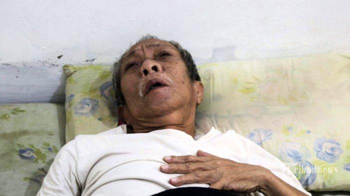 Pak Ogah, pengisi suara boneka Si Unyil yang tengah terbaring sakit saat dijenguk oleh musisi Ressa Herlambang di kediamannya di Jatiasih, Bekasi, Jawa Barat, Senin (31/5/2021). Kedatangan Ressa Herlambang untuk membantu kebutuhan Pak Ogah yang saat ini terbentur masalah ekonomi karena sakit penyumbatan pembuluh darah di otak. Selain membantu, Ressa Herlambang juga memberikan semangat untuk Pak Ogah agar bisa sembuh dan berkarya lagi. Tribunnews/Herudin
