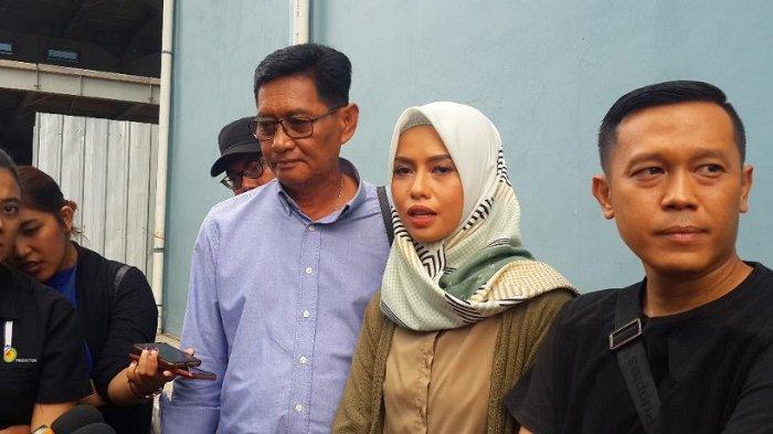 Istri dari Zulkifli atau Zul Zivilia, Retno Paradinah dan Mertua dari Zul sekaligus pengacaranya, Andi Bachtiar merasa Zul tidak bersalah ditemui di kawasan Tendean, Jakarta Selatan, Selasa (12/3/2019).