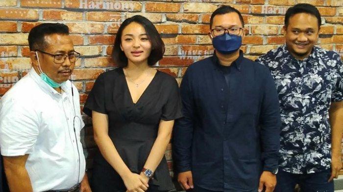 Revina VT dan Dedy Susanto bertemu membahas proses perdamaian mereka secara langsung di Kopitiam Polda Metro Jaya, Semanggi, Jakarta Selatan, Jumat (30/4/2021).