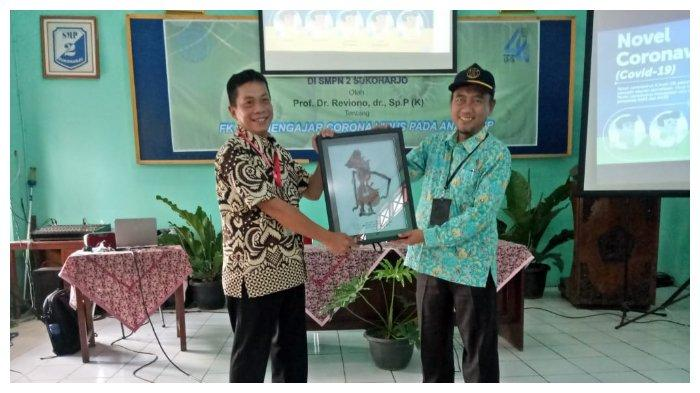 Dekan Fakultas Kedokteran UNS Reviono (kanan) memberikan kenang-kenangan kepada Kepala SMPN 2 Sukoharjo Sriyanto (kiri) seusai acara UNS Mengajar Indonesia, Selasa (10/3/2020).