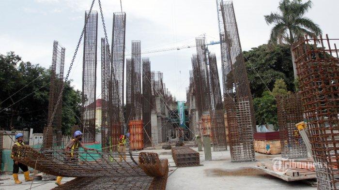 Aktivitas pekerja menyelesaikan proyek revitalisasi Taman Ismail Marzuki (TIM) Tahap I, di Jakarta Pusat, Rabu (6/1/2021). Progres revitalisasi TIM Tahap I yang meliputi gedung perpustakaan, wisma seni, parkir taman, dan Masjid Amir Hamzah itu telah mencapai 55 persen yang ditargetkan rampung pada pertengahan 2021. Tribunnews/Jeprima