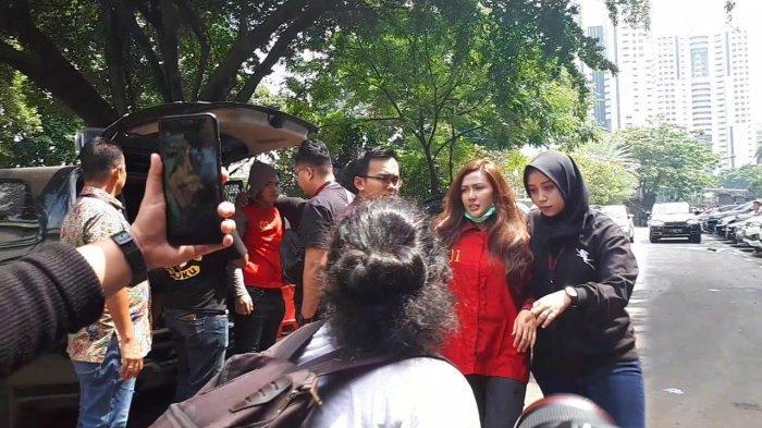 Setelah menjalani pemeriksaan sebagai tersangka di Ditreskrimsus Polda Metro Jaya, Galih Ginanjar, Rey Utami dan Pablo Benua resmi ditahan mulai hari ini, Jumat (12/7/2019).