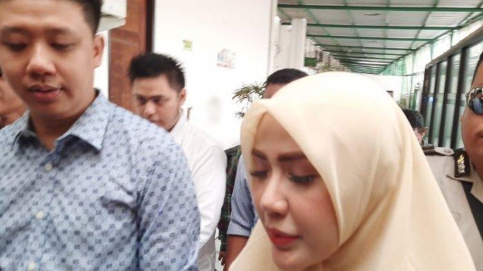 Rey Utami dan Pablo Benua setibanya di Pengadilan Negeri Jakarta Selatan, Senin (13/1/2020).
