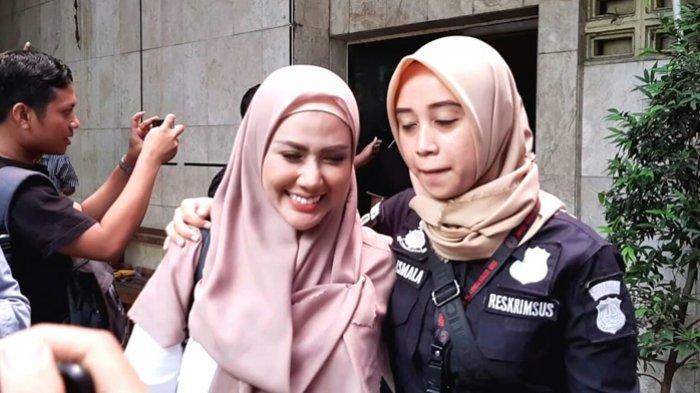 Rey Utami keluar  dari Rumah Tahanan (Rutan) dan diperiksa ke Bidang Kedokteran dan Kesehatan (Biddokkes) Polda Metro Jaya, Semanggi, Jakarta Selatan, Kamis(24/10/2019) pagi.