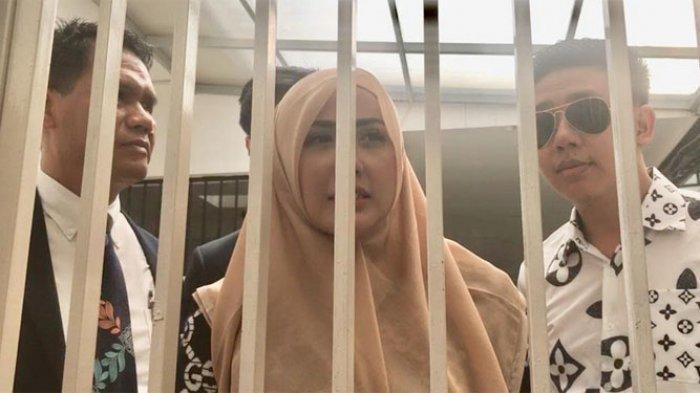 Rey Utami dan Pablo Benua di ruang tunggu tahanan, Pengadilan Negeri Jakarta Selatan, Senin (20/1/2020).