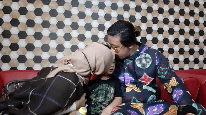 Rey Utami, Pablo Benua, bersama anak mereka, saat ditemui di kawasan Sentul, Bogor, Jawa Barat, Jumat (5/2/2021) siang.