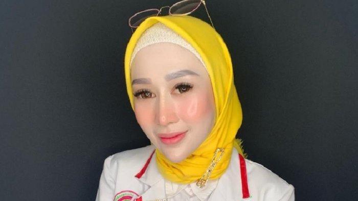 Setelah lulus kuliah pada 2011, dokter muda Reza Gladys membuka Klinik Kecantikan Glafidsya Medika di kota kelahirannya di Cianjur medio 2014. Saat ini Reza Gladys memiliki dan mengelola 6 klinik kecantikannya itu, mulai Jakarta, Bandung hingga Surabaya.