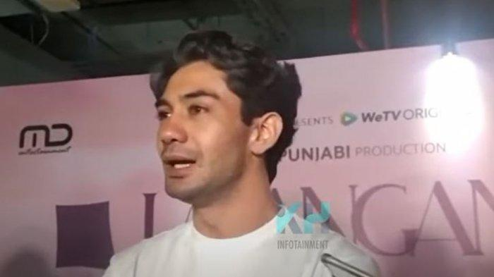 Reza Rahadian saat dikonfirmasi oleh awak media