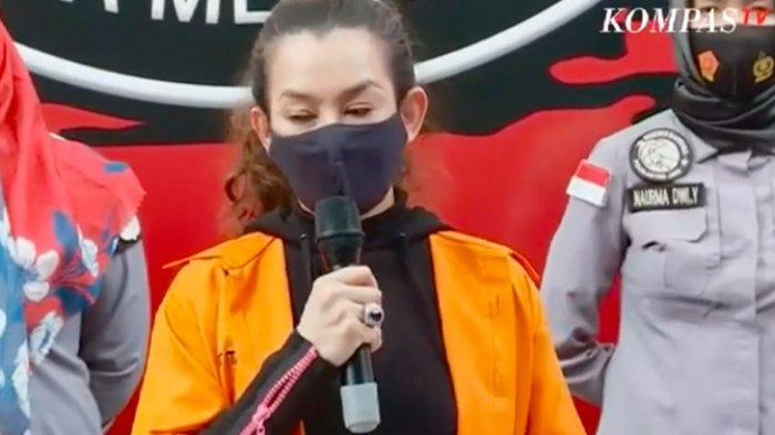 Penyanyi Reza Artamevia memberi keterangan atas kasus narkoba yang menjeratnya pada konferensi pers di Polda Metro Jaya, Minggu (6/9/2020).