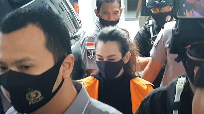 Penyanyi Reza Artamevia saat digiring polisi di Mapolda Metro Jaya, Minggu (6/9/2020)