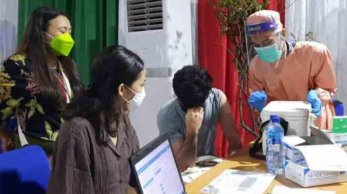Reza Rahadian terlihat tegang saat akan disuntik vaksin Covid-19 di kawasan Kebayoran Baru Jakarta Selatan, Selasa (30/3/2021).