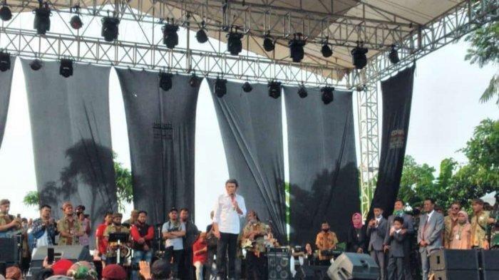Penyanyi Rhoma Irama tetap manggung di Pamijahan, Kabupaten Bogor meski sempat dilarang karena Pembatasan Sosial Berskala Besar (PSBB) Proporsional, Minggu (28/6/2020). (istimewa)