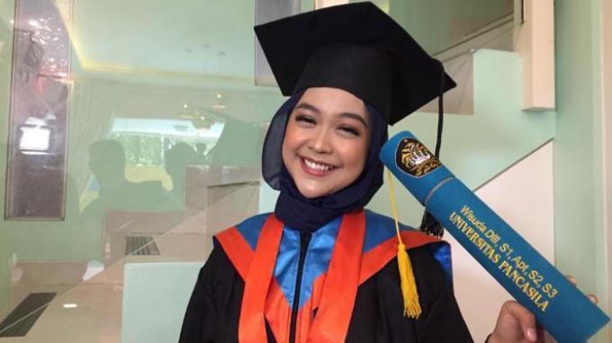 Ria Ricis Tidak Malu Kuliah Tujuh Tahun, Akhirnya Lulus Raih Sarjana