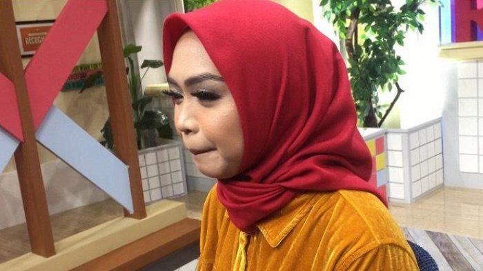Ria Ricis berusaha menahan tangis saat ditemui di studio Trans 7, Kuningan, Jakarta Selatan, Senin (25/3/2019).
