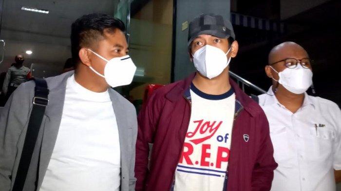 Rian D'MASIV didampingi kuasa hukumnya melaporkan akun twitter @dennysakrie ke Polda Metro Jaya, Senin (21/6/2021) petang.