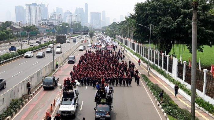 Tolak Omnibus Law dan Kenaikan Iuran BPJS, Ribuan Buruh Tiba di Depan Gedung DPR-MPR RI