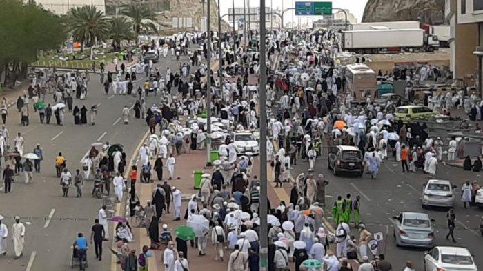 Ribuan jemaah haji di Mina bergerak menuju Jamaraat untuk melakukan prosesi lempar jumrah. (Tribunnews/Darmawan/MCH2019)
