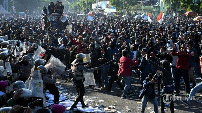 Kericuhan terjadi saat ribuan mahasiswa dari berbagai perguruan tinggi dan elemen massa lain melakukan aksi unjuk rasa menentang revisi UU KPK dan pengesahan RKUHP di depan Gedung DPRD Jawa Timur, di Jalan Indrapura, Kota Surabaya, Jawa Timur, Kamis (26/9/2019). Surya/Ahmad Zaimul Haq