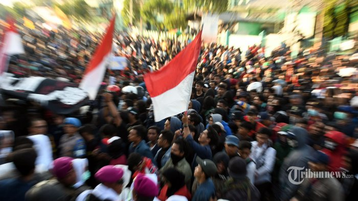 Ribuan mahasiswa dari berbagai perguruan tinggi dan elemen massa lain melakukan aksi unjuk rasa menentang revisi UU KPK dan pengesahan RKUHP di depan Gedung DPRD Jawa Timur, di Jalan Indrapura, Kota Surabaya, Jawa Timur, Kamis (26/9/2019). Surya/Ahmad Zaimul Haq