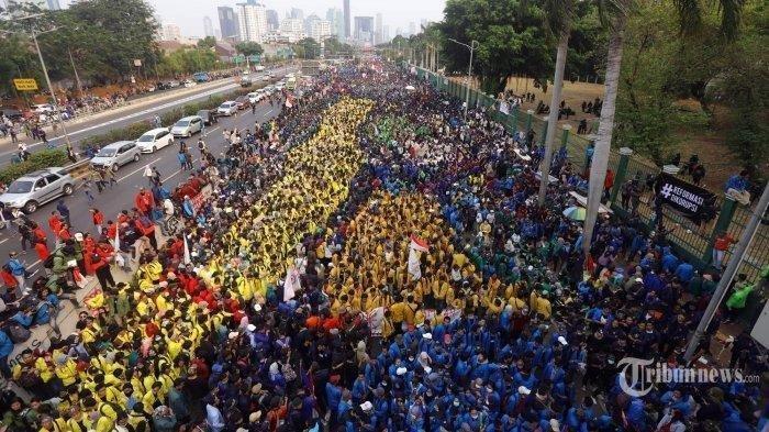 Ribuan mahassiswa dari berbagai kampus dan organisasi memenuhi jalan di sekitar gedung DPR RI, Jakarta, Selasa (24/9/2019). Demonstrasi tersebut lanjutan dari aksi sebelumnya yang menolak revisi UU KPK, RKUHP, RUU Pertanahan, dan Minerba.