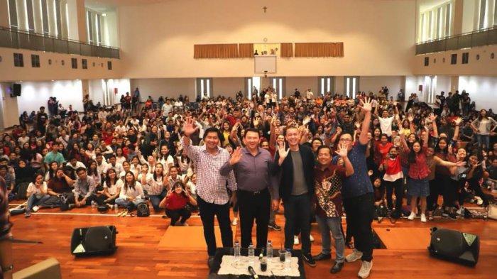 Pelajar dan pemuda Gereja Kristen Indonesia (GKI) bersama Maruarar Sirait dan Basuki Tjahaja Purnama alias Ahok di Aula BPK Penabur Harapan Indah, Jakarta, Minggu (10/11/2019), dalam rangka memperingati Hari Pahlawan.