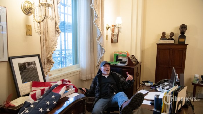 Foto-foto Pendukung Donald Trump Kuasai Gedung Kongres Amerika Serikat