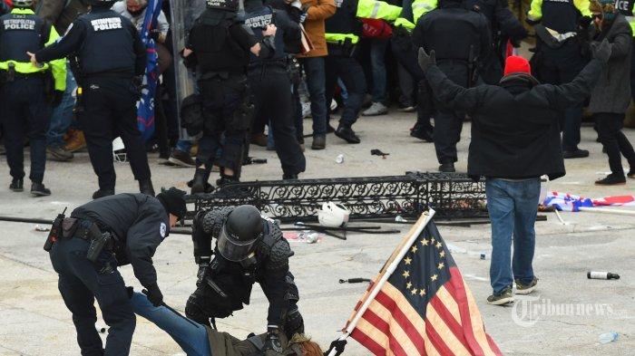 Buntut Kerusuhan, Polisi Capitol AS Meninggal Akibat Bentrok dengan Pendukung Donald Trump