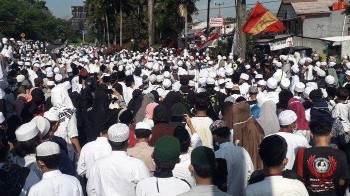 Ribuan simpatisan yang hendak menyambut Habib Rizieq Shihab padati Simpang Gadog