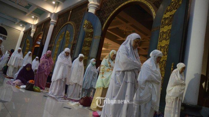 PERBANYAK IBADAH - Ribuan jamaah mengikuti shalat tahajud, hajat dan tasbih saat melakukan I'tikaf atau berdiam diri di dalam masjid pada malam ganjil hari ke-21 Ramadan di Masjid Al Akbar Surabaya, Jumat (16/6) dini hari. Pada malam ke-21 Bulan Ramadan 1438 Hijriyah, Masjid Al Akbar Surabaya dikunjungi ribuan umat muslim untuk memperbanyak ibadah dan berharap mendapatkan malam Lailatulkadar yang diyakini sebagai malam yang lebih baik dari seribu bulan.