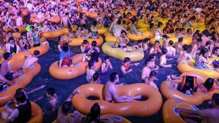 Ribuan warga Wuhan China pesta di taman air setelah melewati lockdown panjang karena Covid-19.