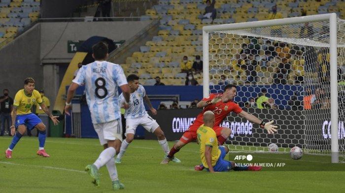 Richarlison (kanan) dari Brasil mencetak gol melewati kiper Argentina Emiliano Martinez sebelum gol dianulir karena offside dalam pertandingan final turnamen sepak bola Copa America Conmebol 2021 di Stadion Maracana di Rio de Janeiro, Brasil, pada 10 Juli 2021.