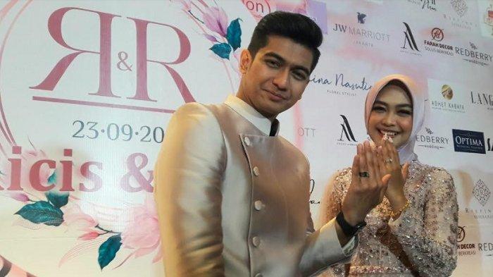 Teuku Ryan dan Ria Ricis pada jumpa pers usai lamaran yang digelar di JW Marriott Jakarta, Kamis (23/9/2021).