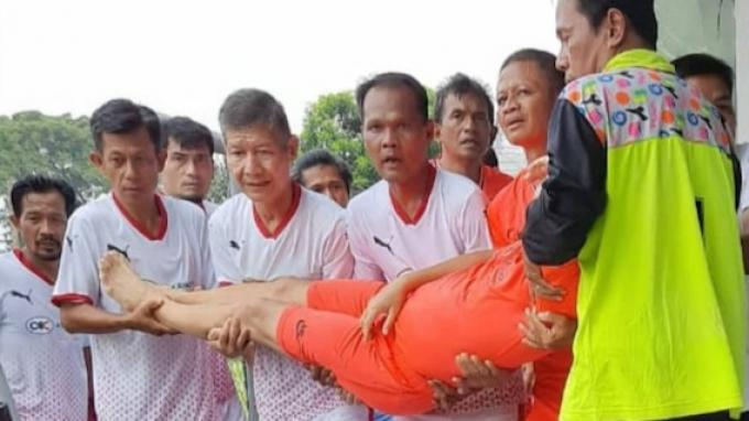 Potret tubuh pesepakbola Ricky Yacob terbujur kaku di lapangan Senayan, Jakarta, Sabtu (21/11/2020)