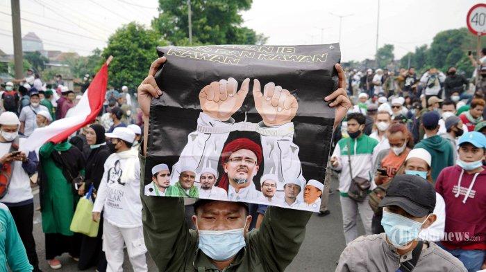 Ribuan pendukung Rizieq Shihab berusaha menerobos barikade polisi di flyover Pondok Kopi menuju gedung Pengadilan Negeri (PN) Jakarta Timur, Kamis (24/6/2021). Sempat terjadi kericuhan hingga polisi menembakkan gas air mata untuk mencegah massa pendukung maju mendekat PN Jakarta Timur untuk menghadiri sidang putusan kasus swab test RS Ummi Bogor yang dilakukan Rizieq Shihab. Tribunnews/Herudin