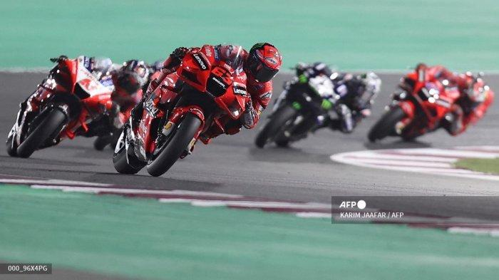 Pembalap Italia Ducati Lenovo Team Francesco Bagnaia (tengah) berkendara selama Moto GP Qatar Grand Prix di Losail International Circuit, di kota Lusail pada 28 Maret 2021. KARIM JAAFAR / AFP