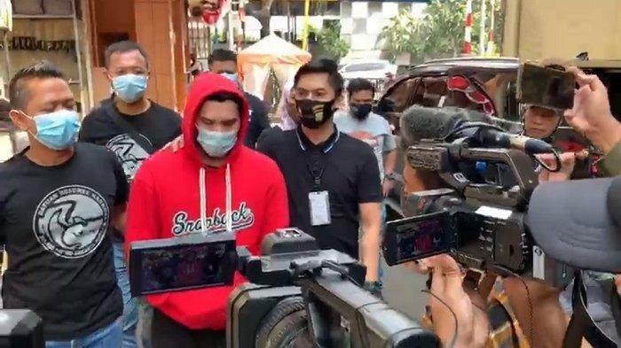 Aktor Ridho Ilahi (sweater merah) di Polres Metro Jakarta Barat, (30/6/2020). Dia ditangkap polisi karena tersangkut kasus narkoba.