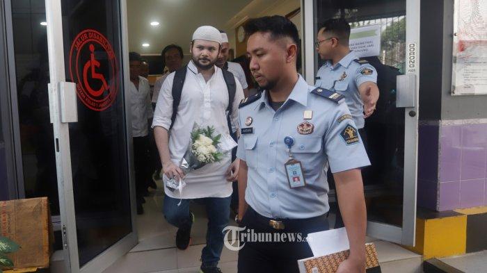 Penyanyi Ridho Rhoma keluar dari Rutan Salemba Jakarta, Rabu (8/1/2020). Ridho Rhoma bebas bersyarat dari Rutan Salemba setelah menjalani hukuman tambahan selama beberapa bulan, setelah kasasi JPU dikabulkan oleh Mahkamah Agung terkait kasus penyalahgunaan narkoba. TRIBUNNEWS/HERUDIN