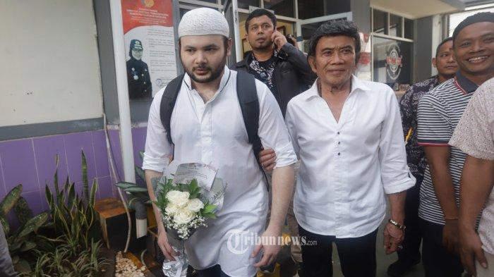 Penyanyi Ridho Rhoma didampingi sang ayah, Rhoma Irama keluar dari Rutan Salemba Jakarta, Rabu (8/1/2020). Ridho Rhoma bebas bersyarat dari Rutan Salemba setelah menjalani hukuman tambahan selama beberapa bulan, setelah kasasi JPU dikabulkan oleh Mahkamah Agung terkait kasus penyalahgunaan narkoba. TRIBUNNEWS/HERUDIN