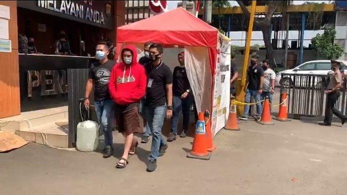 Artis FTV Ridho Ilahi digiring petugas Satres Narkoba Polres Metro Jakarta Barat seusai menjalani uji rambut, Selasa (30/6/2020).